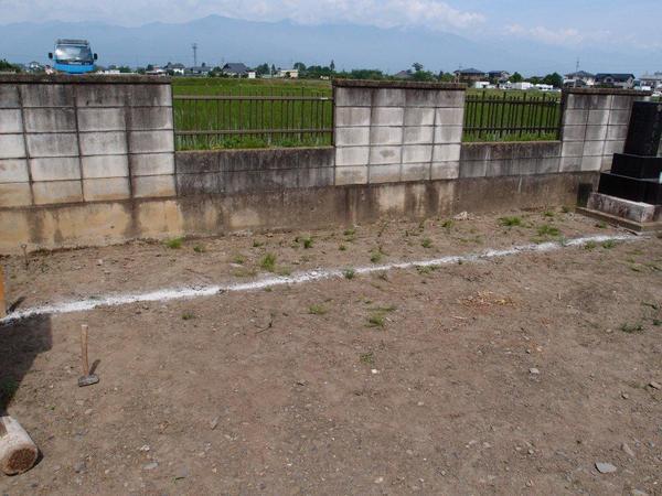この墓地は 間口5.5m 奥行1m 四件の墓地