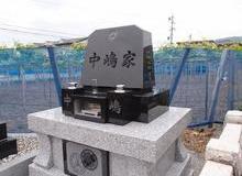 神道式の墓石と納骨堂のサムネイル