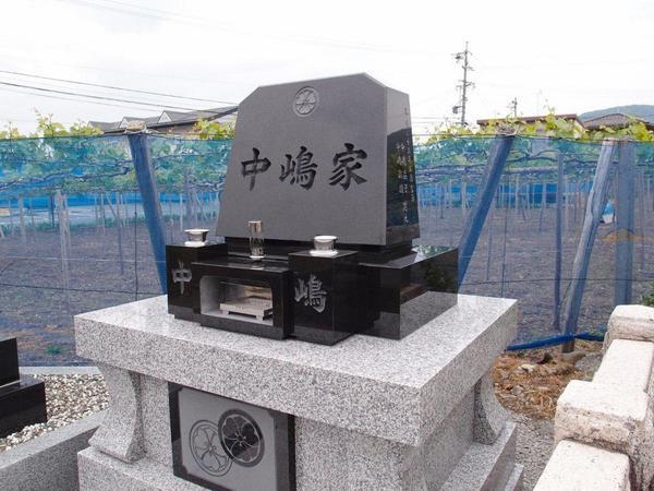 神道式の墓石と納骨堂