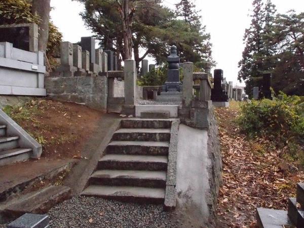 明治、大正時代からの墓石と外柵、階段の復元工事
