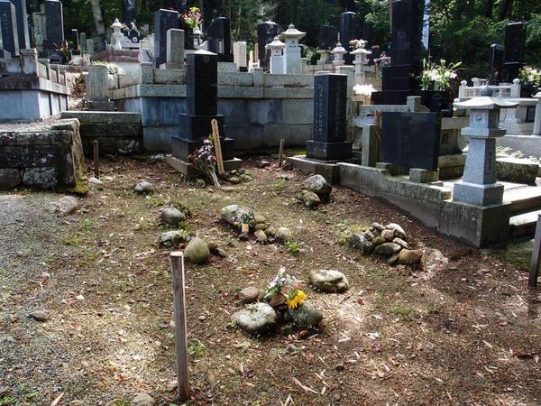 山間部の古い墓地で一軒だけ区画をせずにあった墓地