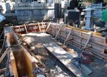 山間部の古い墓地で一軒だけ区画をせずにあった墓地のサムネイル